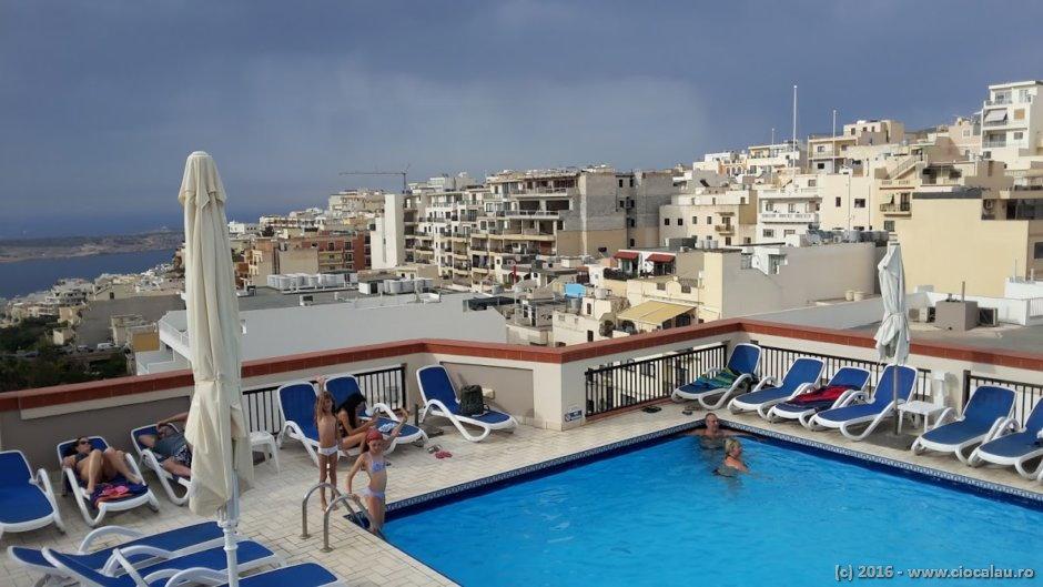 Panorama de la piscina hotelului Solana din Mellieha / Malta.